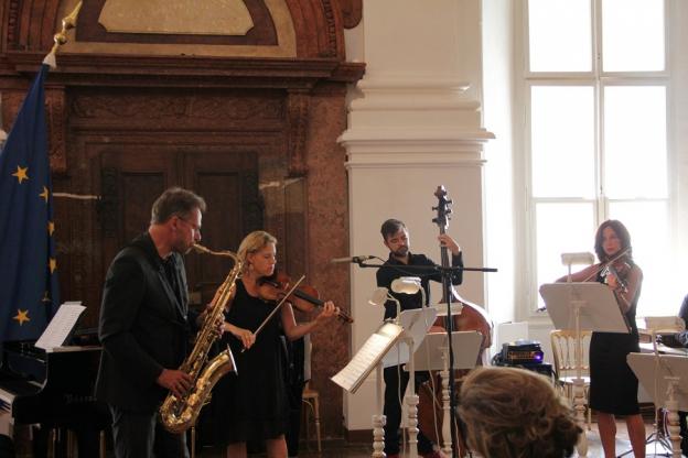 """Musikalische Untermalung durch das Ensemble """"Stings on Fire"""""""