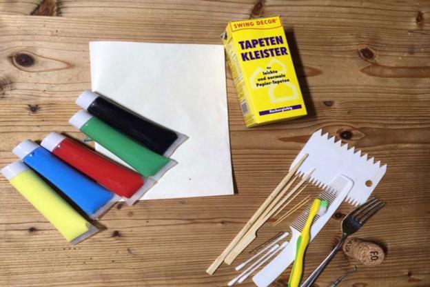 Bereite deine Materialien vor. Der Tapetenkleister sollte in einem Verhältnis von 1 TL Kleister zu ca. ¼ l warmen Wasser angerührt werden.