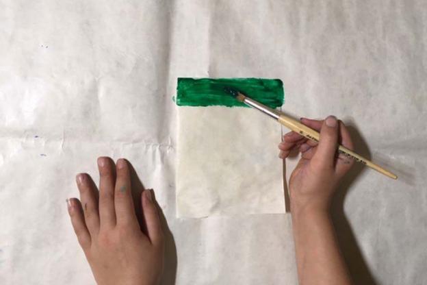 Trage mit einem Pinsel die bunte Farbe auf. Sie sollte recht dickflüssig sein.
