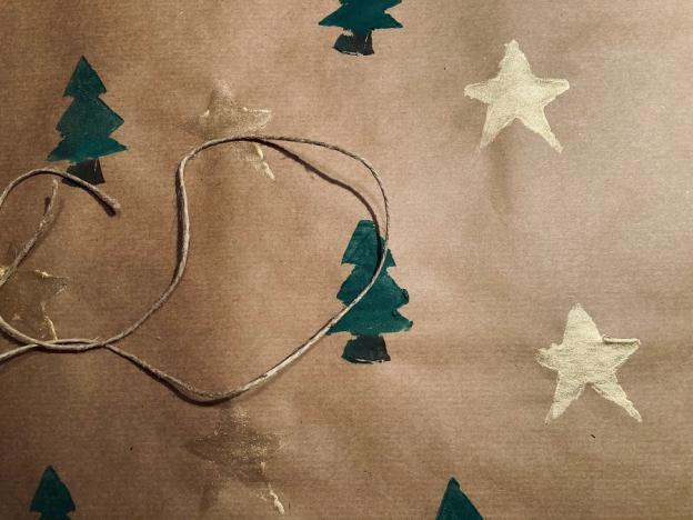 Nachdem die Farben gut getrocknet sind, kannst du mit dem selbstbedruckten Papier und einem passenden Band deine Geschenke weihnachtlich verpacken.
