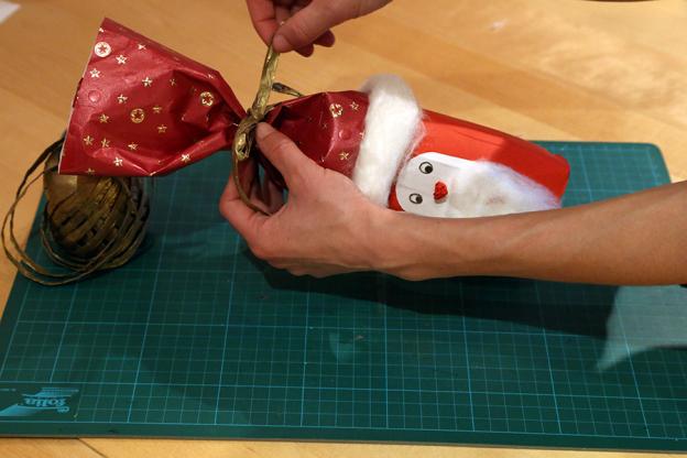 Mit einem Geschenkband kannst du dein Nikolauspäckchen verschließen.