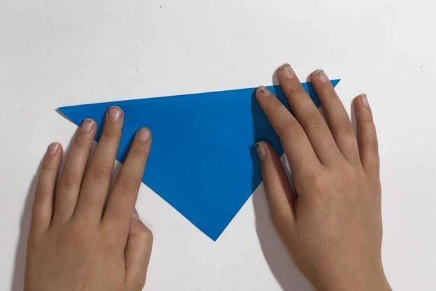 Schritt 2: Nimm ein quadratisches Papier und falte es in der Mitte.