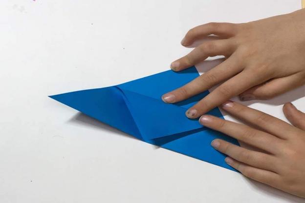 Schritt 4: Klappe alle Ecken wieder auf und falte die Spitze in der Mitte nach unten.