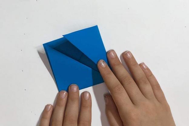 Schritt 5: Anschließend die rechte und linke Ecke wieder nach oben falten…