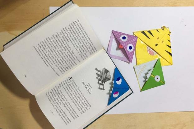 Wenn du die Monster auf die jeweilige Ecke der Buchseite schiebst, findest du immer gleich die richtige Stelle zum Weiterlesen.