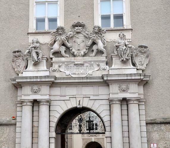 Detail des Hauptportals der Residenz mit Wappen