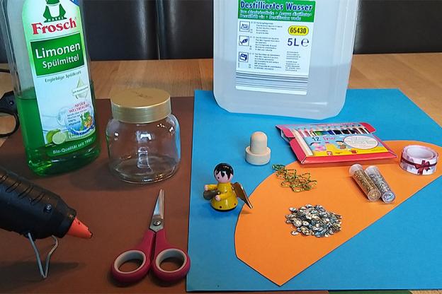 Das brauchst du: beliebige Figur(en),  leeres Marmeladeglas mit Deckel, destilliertes Wasser,  Spülmittel, Glitzer/Glitter/Pailletten, Heißkleber,  eventuell Korken als Sockel, eventuell Band zum Verzieren