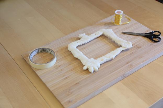 Wenn du fertig bist muss der Teig noch trocknen. Das geht am einfachsten, wenn du ihn an der Luft, zum Beispiel in der warmen Sonne trocknen lässt. Du kannst ihn aber auch im Backrohr bei 160°C und Heißluft backen. Lass dir dabei aber von einem Erwachsenen helfen!! Je nach der Dicke des Salzteigs kann das Trocknen im Backrohr sehr unterschiedlich lange dauern. Schau also öfter nach, damit er nicht verbrennt. Ist der Bilderrahmen getrocknet, kannst du ihn natürlich noch bemalen. Dafür kannst du z.B. Wasserfarben oder Acrylfarben verwenden. Lass auch die Farben wieder gut trocknen bevor du weitermachst.