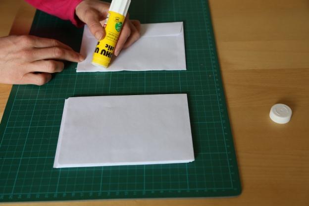 1. Klebe die Kuverts zu einem Block zusammen, bis auf das letzte.
