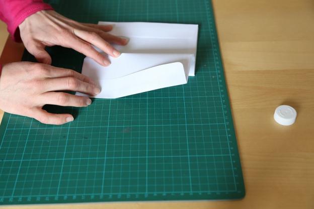 2. Nur das letzte Kuvert klebst du andersherum, so dass die Öffnung nach innen zeigt.