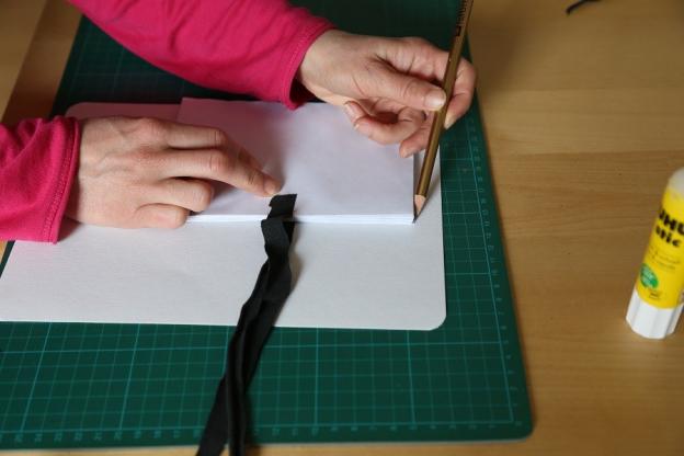 4.Buchdeckel deines Büchleins aus Karton ausschneiden.