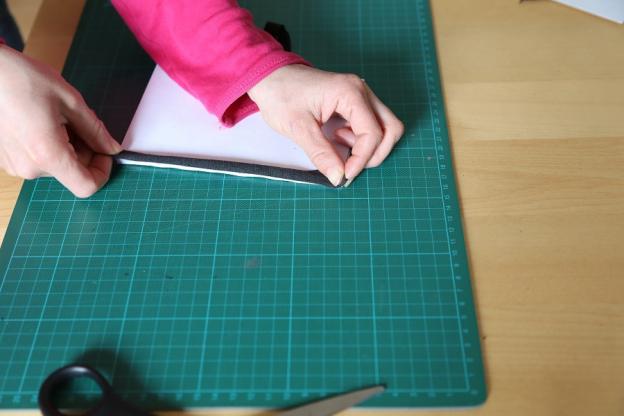 5. Buchrücken aus Stoffstreifen zuschneiden.