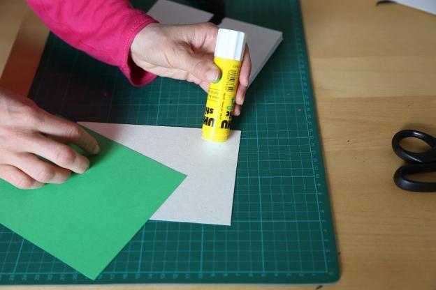 6. Kartonteile mit Buntpapier oder Geschenkpapier bekleben.