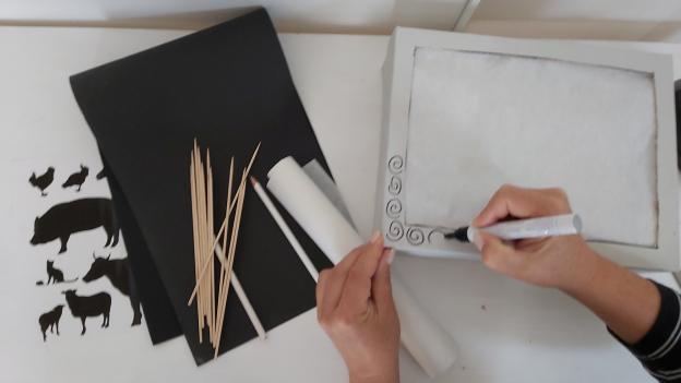 Vorne ein Muster als Rahmen auf den Schuhkarton zeichnen
