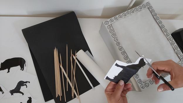 Ausgedruckte Tiere ausschneiden (oder Tiere zuerst auf schwarzes Tonpapier zeichnen und dann ausschneiden)