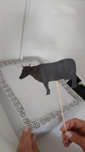 Kuh mit Stäbchen lässt sich gut bewegen