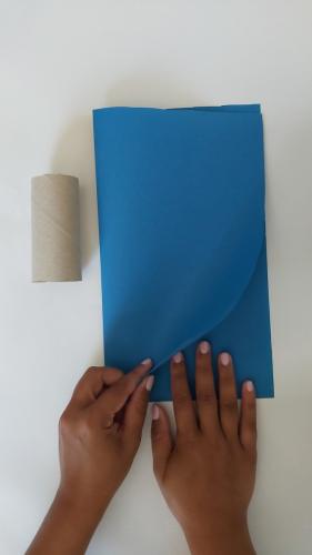 Buntes Papier zusammenfalten, eine Flügelseite beim Falz beginnend vorzeichnen (dann habt ihr beim späteren Aufklappen gleich beide Flügel!)