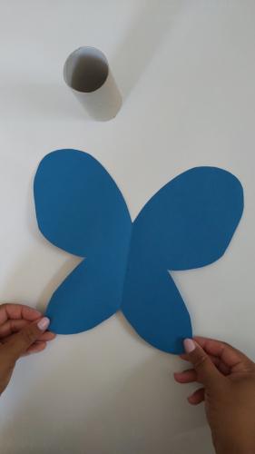 Das Papier aufklappen und schon schaut es wie ein Schmetterling aus