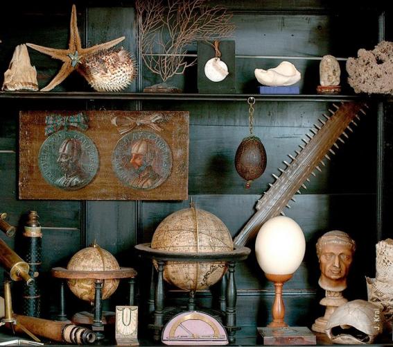 Globenschrank in der Kunst- und Wunderkammer