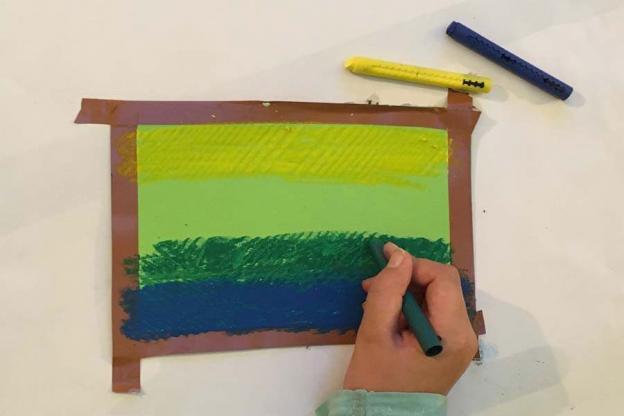 Bemale das Blatt mit Ölkreiden. Bedenke, je mehr Farben du verwendest, umso bunter wird das Bild.