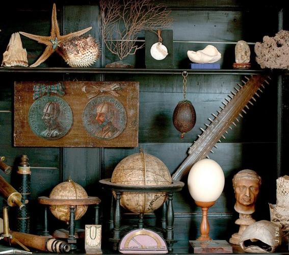 Globenschrank in der Kunst- und Wunderkammer mit  Reise-Zeugenissen