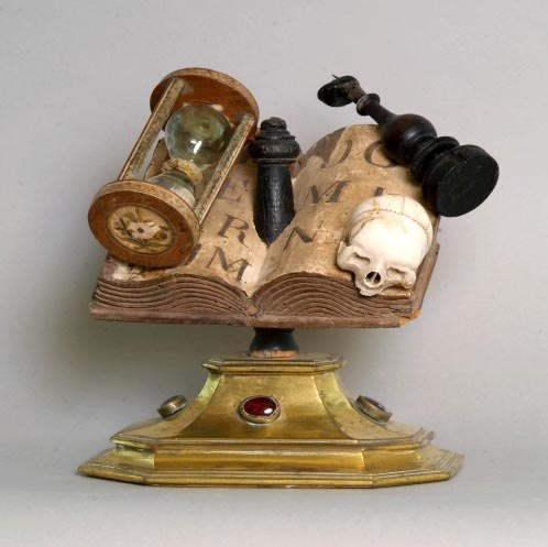 Memento-Mori-Stillleben, um 1650, Holz, Papier, Messing, Marmor, Glassteine