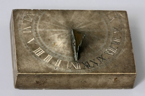 Tischsonnenuhr, um 1700/1800, Solnhofer Kalk, Messing