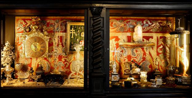 Für die Bearbeitung von Bergkristallen gründete Fürsterzbischof Guidobald Graf von Thun 1662 eine Kristallschleiferei. Viele der dort gefertigten Gefäße gelangten in die fürsterzbischöfliche Kunstkammer.