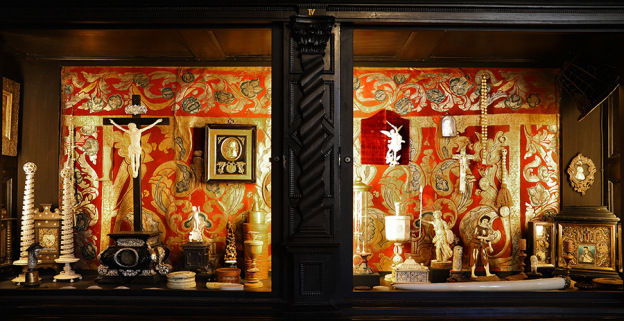 Alten Inventaren ist zu entnehmen, dass sich in der fürsterzbischöflichen Kunstkammer eine große Anzahl von Elfenbeinarbeiten befand. Mit der Säkularisation gingen sie für Salzburg verloren.