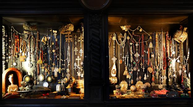 Die Rosenkränze im Schrank wurden überwiegend im 18. und 19. Jahrhundert aus unterschiedlichsten Materialien wie Edelsteinen, Glas, Holz, Perlmutt, Koralle und exotischen Nüssen gefertigt.
