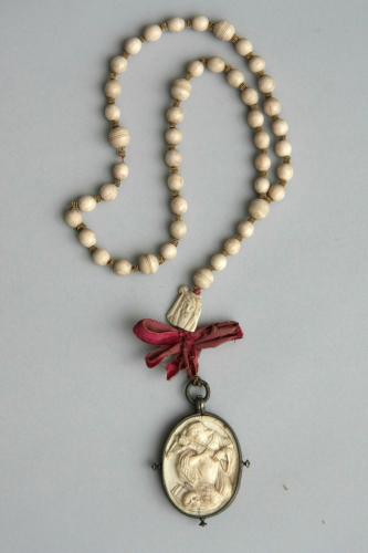 Rosenkranz aus Elfenbein, 18. Jh., Länge 74,5 cm. Auf dem Medaillon ist Maria Magdalena in Verehrung des Kreuzes zu sehen.