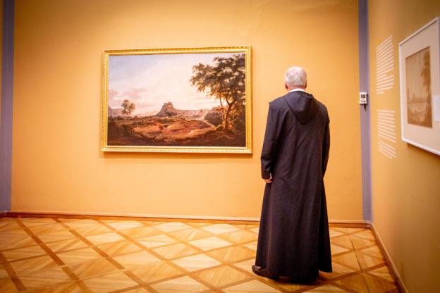 Rektor P. Paulus Koci OSB, vertieft in das Gemälde Hohensalzburg von Albert Christoph Dies. (c) wildbild