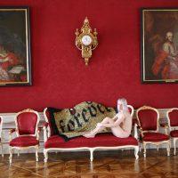 """Artikelbild zur Veranstaltung Ausstellung """"Mehr als Verhüllung. Im Fadenkreuz textiler Kunstinterpretationen"""" – Residenzgalerie Salzburg  & Prunkräume der Residenz"""