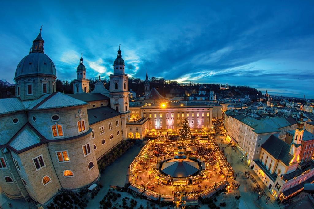 """Veranstaltung Spezialführung  """"Weihnachtsbilder"""" mit Turmblasen und Schmankerln vom Christkindlmarkt auf der Dombogenterrasse im DomQuartier Salzburg"""