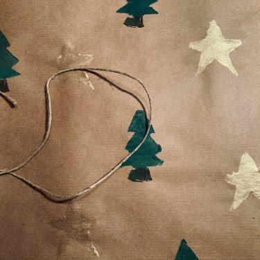 Artikelbild Weihnachtliches Geschenkpapier selbst gemacht