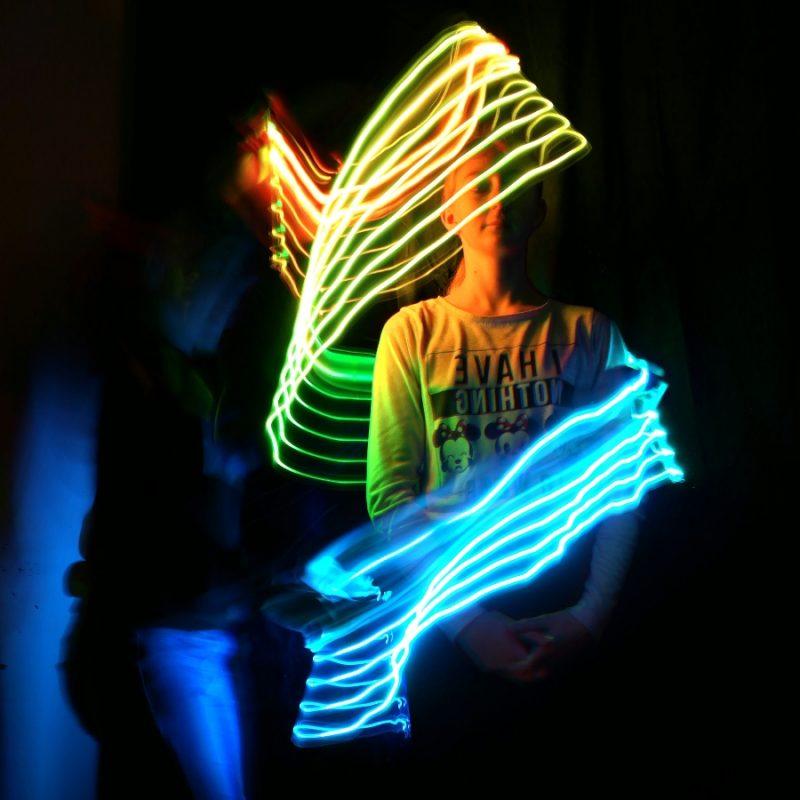 Foto eines Jugendlichen mit Licheffekten